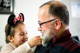 Khaled en zijn dochter Mariam. Foto: Boudewijn Bollmann (voor De Correspondent)