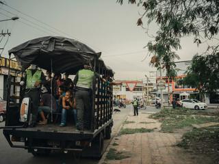 Deportatie van Venezolanen zonder papieren vanuit Cúcuta, Colombia. Na een inval van de politie in een park naast het Bogotá-kanaal zijn er verschillende vrachtwagens vol met Venezolanen de grens overgezet. Foto: Greg Kahn, 2018