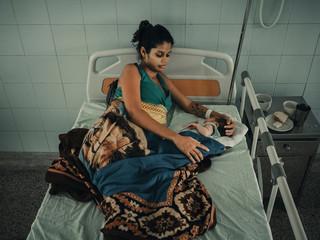 Maria stak hoogzwanger de grens over van Venezuela naar Colombia. Drie dagen later beviel ze van haar zoon. Door het gebrek aan medicijnen en middelen in hun eigen land steken veel vrouwen de grens over, zodat ze elders veiliger kunnen bevallen. Foto: Foto: Greg Kahn, 2018