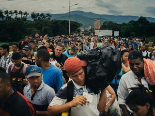 Duizenden Venezolanen steken dagelijks de Simón Bolívar-brug over naar Cúcuta (Colombia) om aan de overkant gebruik te kunnen maken van publieke diensten zoals ziekenhuizen. Sommigen reizen maanden om de grens over te kunnen steken. Foto: Greg Kahn, 2018