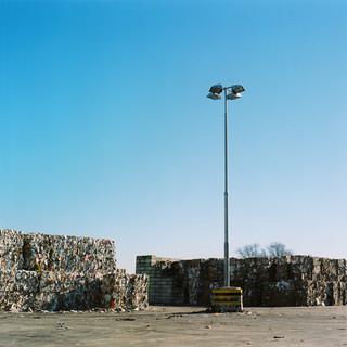 Opslag van oud papier op het terrein van papierfabriek Parenco in Renkum. Foto: Michael Rhebergen (voor De Correspondent)