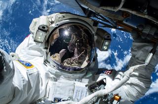 Selfie van astronaut Barry 'Butch' Wilmore, 21 februari 2015. Astronaut Terry Virts is ook te zien in de reflectie van Wilmore's vizier. Bron: NASA