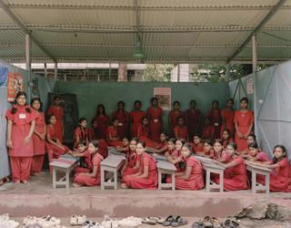 Uit de serie Classroom Portraits (2004-2015) van Julian Germain. Het zesde jaar van de Surovi School in Dhanmondi, Dhaka, Bangladesh, 9 juli 2009.