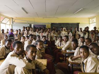 Uit de serie Classroom Portraits (2004-2015) van Julian Germain. Natuurkundeles in niveau 12 van de middelbare school Degazmach Gerasu Duki in Welisso, Ethiopië, 9 oktober 2009.