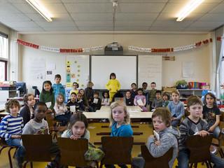 Uit de serie Classroom Portraits (2004-2015) van Julian Germain. Muziekles in groep 3 van Openbare Basisschool De Margriet. Rotterdam, Nederland, 15 maart 2012.