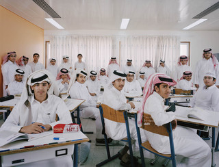 Uit de serie Classroom Portraits (2004-2015) van Julian Germain. Niveau 10 van de Omar Bin Alkahabab-middelbare school voor jongens in Doha, Qatar, 13 maart 2007.