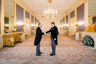Koning Willem-Alexander beëdigt op 15 februari 2017, in Paleis Noordeinde, Arno Brok als nieuwe commissaris van de Koning in Friesland. Foto: Bart Maat / Hollandse Hoogte