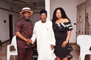 Sunny Ofehe, chief Frank Ovie Kokori (partijleider van APC) en Dorothy Ofehe. Foto: Sunny Ofehe Media Team