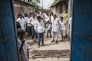 Buren verzamelen zich voor het huis van Rahul Udebham. Rahul was een katoenboer die diep in de schulden zat en daarom zelfmoord heeft gepleegd. Uit de serie 'Graves of Cotton' door Fernando Del Berro.