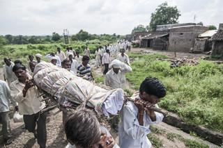 De begrafenis van Rahul Udebham in Kelzar, Wardha District, India. Uit de serie 'Graves of Cotton' door Fernando Del Berro.