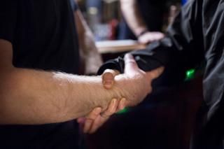 Een typische handdruk tussen leden van Génération Identitaire. Het gebaar is overgenomen uit de oudheid. Foto: Yann Castanier