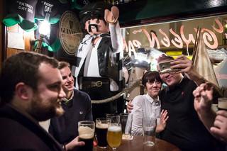Aan het einde van een stickeractie in de straten van Parijs drinken jongeren van Génération Identitaire een drankje en poseren ze voor een selfie. Foto: Yann Castanier