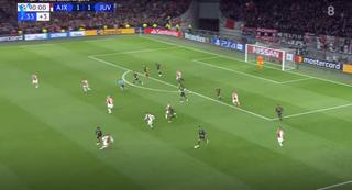 De Jong (linksonder) stapt in op Ronaldo. (Bron: Veronica)