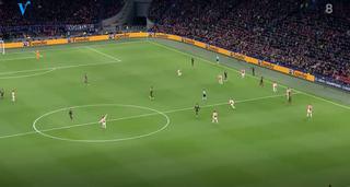 De situatie voor de 0-1, als Alex Sandro ingooit. Neres staat helemaal links, Bentancur staat vrij, in de middencirkel wijst Tagliafico hierop.