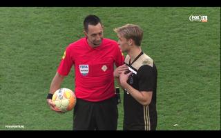Higler en De Jong in gesprek tijdens de rust. (Bron: FOX Sports.)