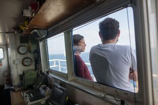 De kapitein en het hoofd van de Sea-Watch missie overleggen voor de brug van de boot op 13 juni 2018. Foto: Erik Marquardt