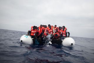 Migranten proberen de kapotte motor van hun rubberboot te laten zinken, om zo veilig af te kunnen meren aan het Sea-Watch reddingsschip, 5 juni 2018. Foto: Erik Marquardt
