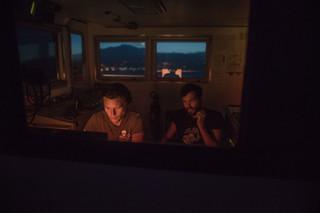 De kapitein en het hoofd van de Sea-Watch 3 missie onderhouden 's nachts contact met autoriteiten om de vervolgstappen te bespreken, 8 juni 2018. Foto: Erik Marquardt