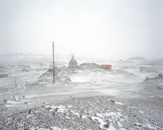 Onderzoek naar de effecten van de smeltende ijskap XXXVI: Bellingshause Basis, King George Eiland, Antarctica, 2008. Uit de serie 'A history of the future' van Susannah Sayler en Edward Morris.
