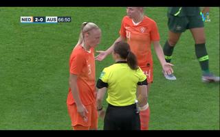 ...en Jackie Groenen en Stefanie van der Gragt snappen weinig van de beslissing van de scheidsrechter.