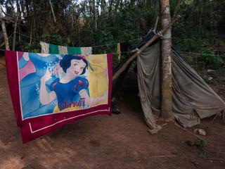 Mijnwerkers en hun families slapen in hangmatten of geïmproviseerde tentenkampen. Ze zijn hiermee extra kwetsbaar voor de malariaepidemie in het zuiden van Venezuela. Foto: Bram Ebus.