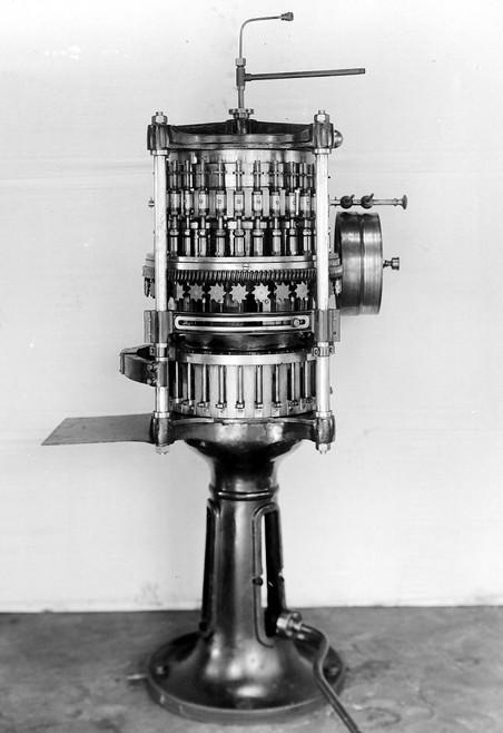 Twee apparaten van Systeem Huyser voor het maken en vullen van opiumtubes. Foto's: Collectie Nationaal Museum van Wereldculturen. Coll.nr. TM-10012271 en TM-10012274