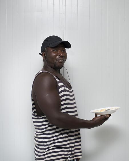 Mansoe (42) en Mamadou (35) uit Senegal verblijven tijdelijk in een container van het Spaanse Rode Kruis. Ze waren voor de kust van Barbate met hun bootje in de problemen gekomen. Foto: Jurgen Huiskes