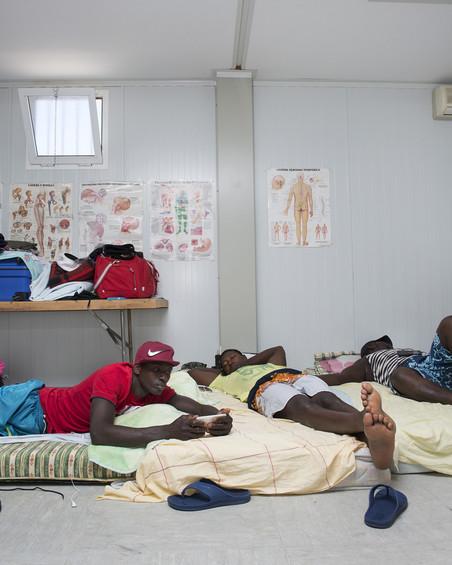 Alex (33) uit Senegal in een prefab container van het Spaanse Rode Kruis van Barbate. Foto: Jurgen Huiskes