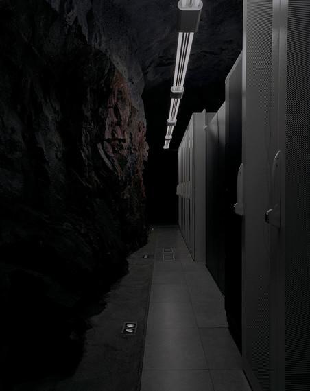 Ingang naar datacentrum Bahnhof.se, dat zich 30 meter onder de grond bevindt, in een uit rots gehouwen ruimte onder Stockholms Sofiakerk. Tijdens de Koude Oorlog werd de locatie gebruikt als militaire schuilkelder. Momenteel huisvest de ruimte de best verbonden datacentra in Noord-Europa. Uit de serie 'Deposit' door Yann Mingard.