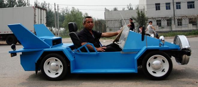 Is dit innovatie? Deze Chinese boer ontwikkelde een elektrische auto op windenergie waarmee hij de extreme luchtvervuiling in zijn land wil terugdringen. Foto: Hollandse Hoogte