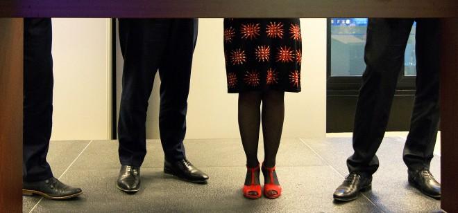 (v.l.n.r.) De benen van staatssecretaris Martin van Rijn van Volksgezondheid, Welzijn en Sport, Minister van Sociale Zaken en Werkgelegenheid Lodewijk Asscher, minister Jet Bussemaker van Onderwijs, Cultuur en Wetenschap en staatssecretaris Sander Dekker
