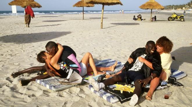 Britse toeristen op het strand van Fajara (Gambia) met hun minnaars. Foto: Caroline Penn/Hollandse Hoogte