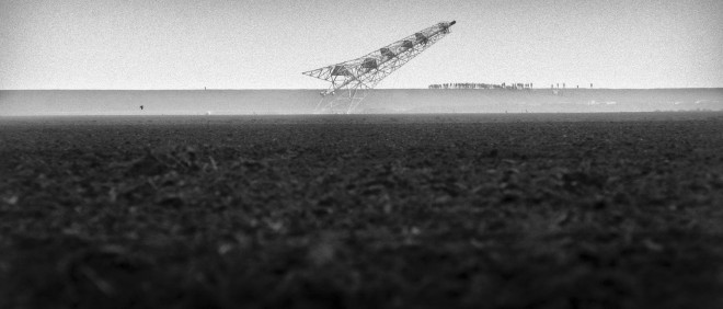 Nabij het Noord-Groningse plaatsje Bierum langs de waddendijk gaat een 'flare stack' van de NAM tegen de vlakte. Het is de eerste van een serie gastorens die in de loop van de tijd zullen worden ontmanteld (2001). Foto: Reyer Boxem/Hollandse Hoogte