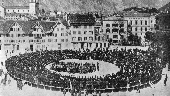 1913: Een referendum in de openlucht in Glarus (Zwitserland). Een grote kring met mensen op het plein, met in het midden de volksvergadering. Foto: Spaarnestad / Hollandse Hoogte