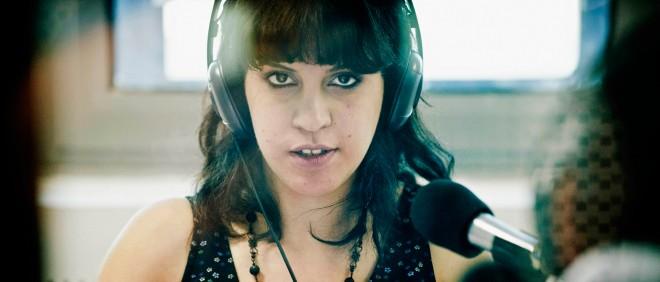 Lina ben Mhenni, van het beroemde blog beroemde blog A Tunisian Girl, tijdens haar werk als radiopresentator in Tunis (Tunesië). Foto: Jeroen van Loon/Hollandse Hoogte