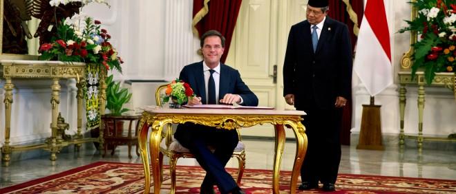 Mark Rutte op bezoek bij de Indonesische president Yudhoyono. In november 2013 was Rutte samen met een delegatie van het Nederlandse bedrijfsleven op bezoek in Indonesië om de economische banden tussen beide landen te versterken. Foto: Jerry Lampen/ANP