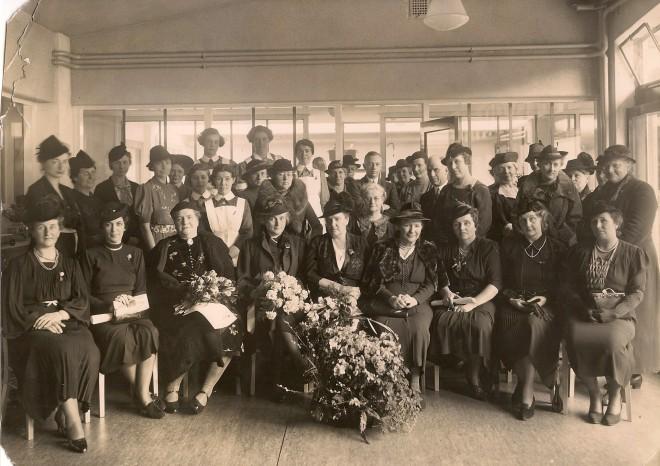 Het bestuur van kinderbewaarplaats Beatrix, opening 31 januari 1939. De echtgenote van burgemeester (en latere oprichter van de VVD) P.J. Oud zit in het midden.
