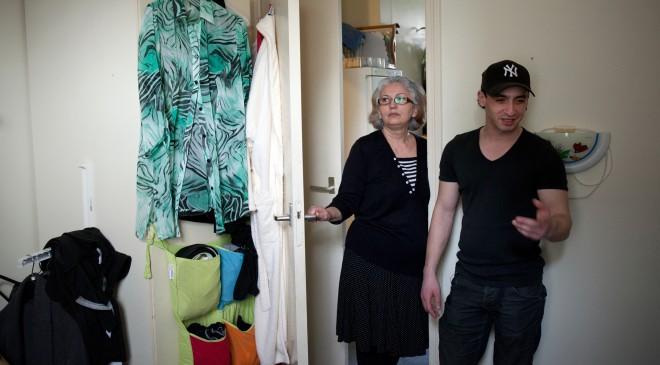 Mevrouw Aliyeva en Anar op hun kamer in het asielzoekerscentrum in het Groningse lintdorp Musselkanaal. Foto: Dirk-Jan Visser