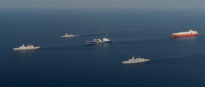 Het Deense schip Ark Futura en het Noorse schip Taiko vervoeren de chemische wapens vanuit Syrië, onder begeleiding van Britse, Deense en Noorse militaire schepen. Foto: Alex Knott/Royal Navy/ANP