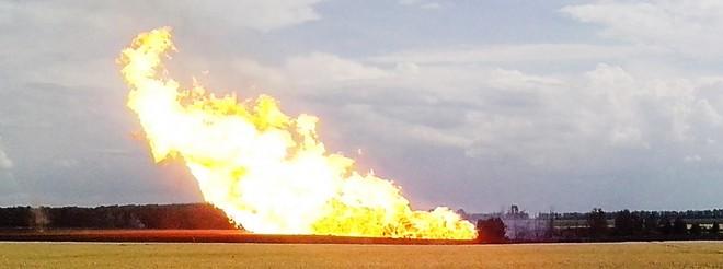 17 juni 2014: Een brand in Oost-Oekraïne na een bomaanslag op een pijpleiding richting Europa. Foto: ANP