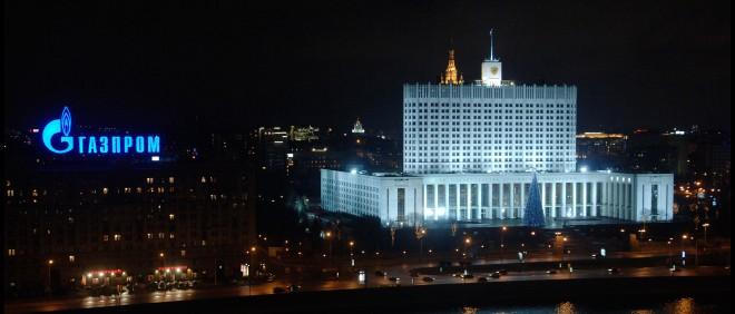 Het Witte Huis in Moskou. Voorheen de zetel van het parlement (Doema), nu huist de Russische regering er. Daanaast een lichtreclame voor gasbedrijf Gazprom. Foto: Hollandse Hoogte