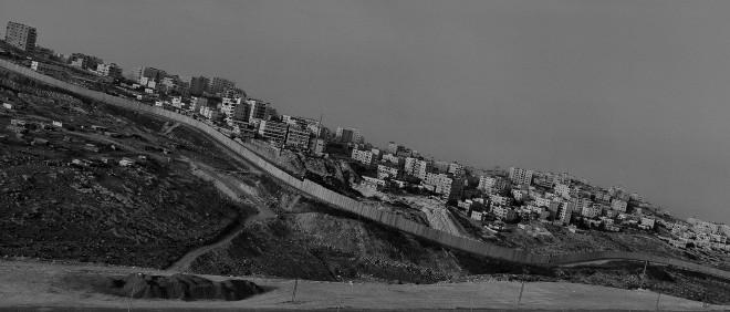 De Israëlische muur gezien vanaf het Shu'fat vluchtelingenkamp in Oost Jeruzalem. Foto: Josef Koudelka, Magnum Photos, Hollandse Hoogte