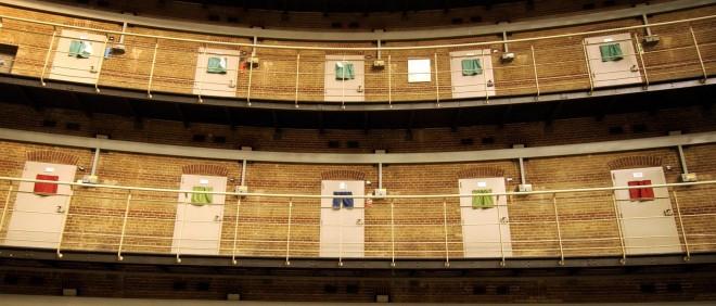 De koepelgevangenis in Breda. De kleurencodes van de gordijntjes zeggen iets over de bewoner van de cel. Foto: Michiel Wijnbergh, Hollandse Hoogte.