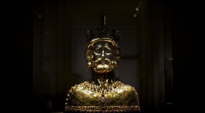 Een beeld van Karel de Grote in de driedelige tentoonstelling 'Macht, Kunst, Schatten' in Aken. Foto: Sacha Schuermann/Getty Images