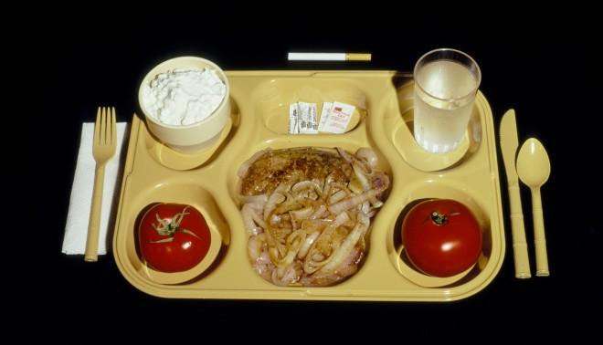 Een foto uit de serie 'Last Supper' over de laatste maaltijden van ter dood veroordeelden in de VS. Op deze foto: het laatste maal van Larry White, die de sigaret niet mocht roken omdat hij op een niet-roken afdeling zat. Foto: Celia Shapiro/HH