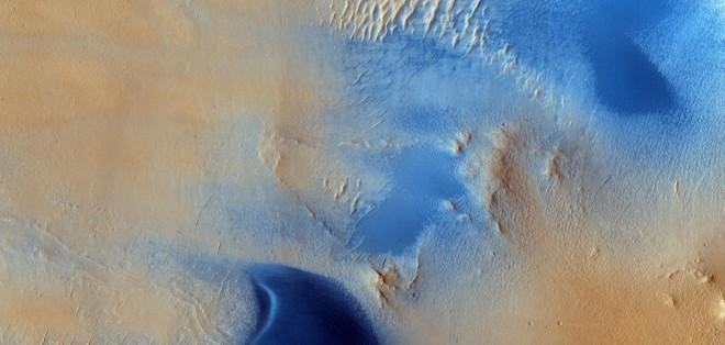 Duinen en windstrepen op Mars. Beeld: NASA