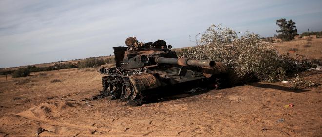 16 november 2014: Een verwoeste tank na gevechten tussen Fajr Libya en strijders uit de westelijke stad Zintan, die bergstad Kikla, ten zuiden van Tripoli, helpen verdedigen. Foto: Narciso Contreras/Hollandse Hoogte