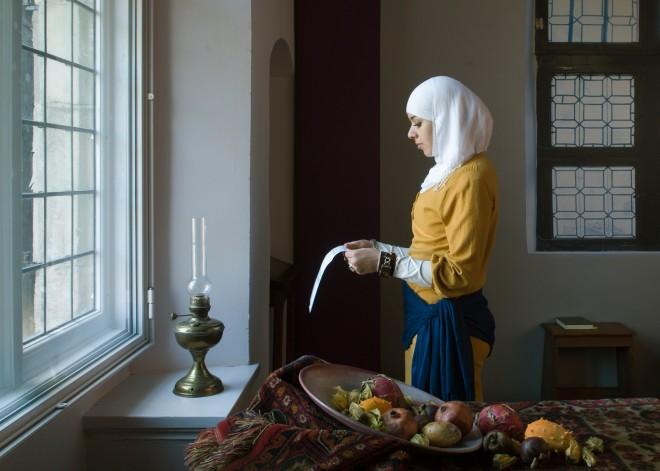 Marokkaanse versie van de 'oer-Hollandse' Vermeer: 'Meisje met de brief.' De brief is hier geen liefdesbrief, maar een aanvraagformulier voor een inburgeringscursus. Foto: Jan Banning/Hollandse Hoogte