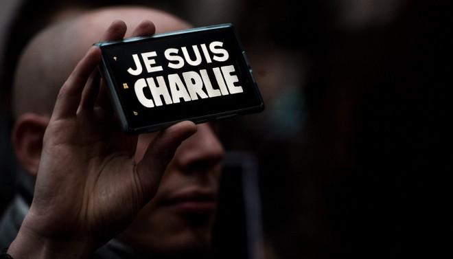 In de Tsjechische hoofdstad Praag toont een man de leus 'Je suis Charlie' op zijn telefoon, tijdens een demonstratie ter nagedachtenis van de slachtoffers van de aanslag op het tijdschrift Charlie Hebdo in Parijs. Foto: Filip Singer/ANP