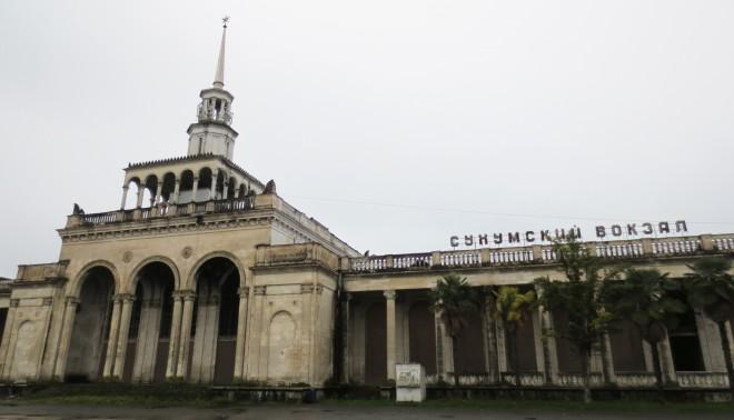 Treinstation van de Abchazische hoofdstad Soechoem in Sovjetstijl. Foto: Floris Akkerman